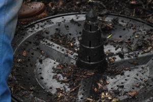 Base d'un fût à compost conçue pour une bonne ventilation.