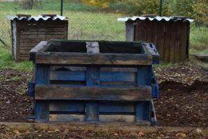 Silo à compost diviser en 2 compârtiments.