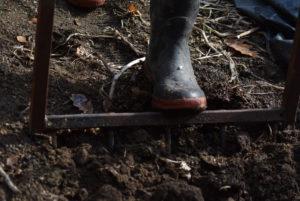 Décompacter le sol avant l'installation d'un compost.